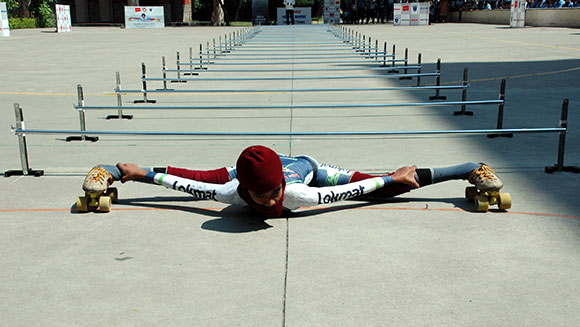 Lowest-limbo-skating-over-25-m_tcm25-421686